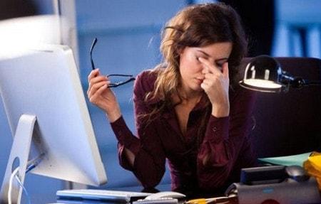 Hãy bảo vệ mắt khi ngồi máy tính và dùng điện thoại nhiều